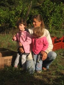 Emilie s'occupe d' Hélia et Gaïa pendant la récolte